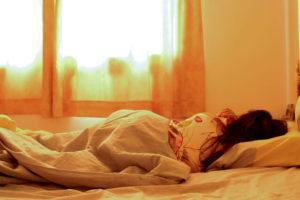 Frau schlafen Bett Beitrag Komfort Klappbetten